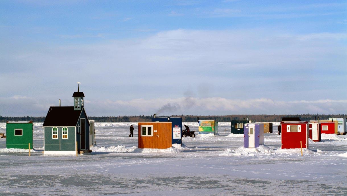 Qm-0355-Cabanes-de-Pêche-sur-la-banquise-à-Rimouski-©-Le-Québec-maritime-Yvan-Couillard